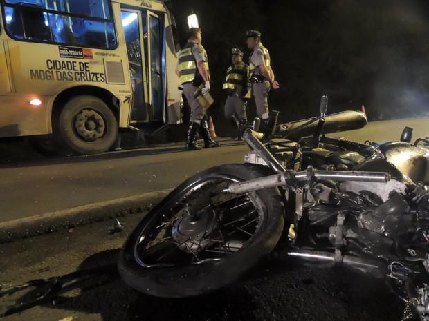 O motociclista de 33 anos morreu na hora após bater de frente com um ônibus (Foto: Jamile Santana/G1)
