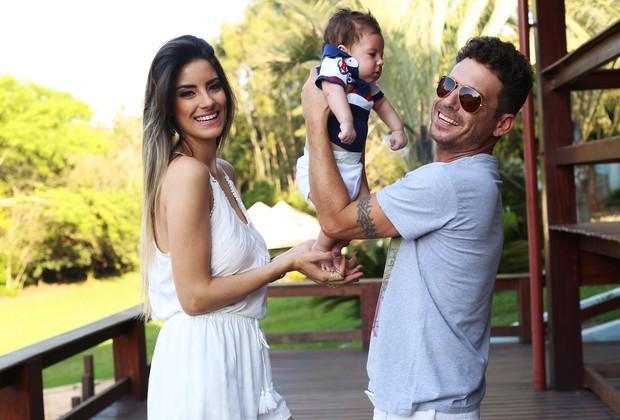 Hudson e Thayra com o filho Davi (Foto: Iwi Onodera/EGO)