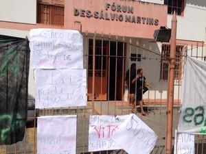 Cartazes exibem frases de protesto em Amargosa, na Bahia (Foto: Ruan Melo/G1)