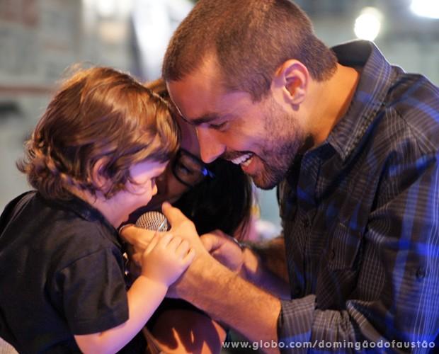 Ricardo e Francisca brincam com o pequeno Vicente (Foto: Domingão do Faustão / TV Globo)