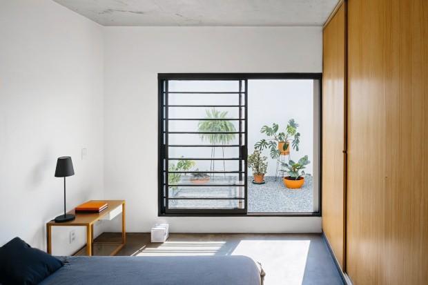 Sem complicação. No quarto desse casal em uma casa do Butantã, com projeto do 23 SUL, a escolha por poucos armários, prateleiras e gavetas ajuda a manter o espaço organizado (Foto: Pedro Kok  / Divulgação)