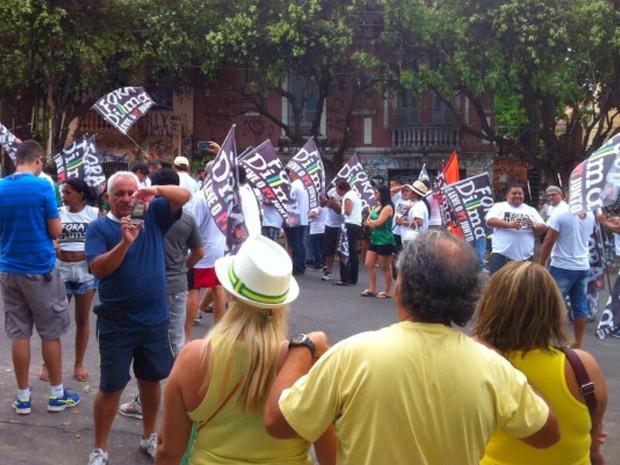 Concentração de pessoas para o protesto em Manaus teve início por volta das 9h (Foto: Paulo Ramos/TV Amazonas)
