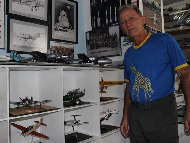 Marcelo Dante divide o pequeno escritório com a coleção de aviões (Foto: Patrícia Andrade/G1)