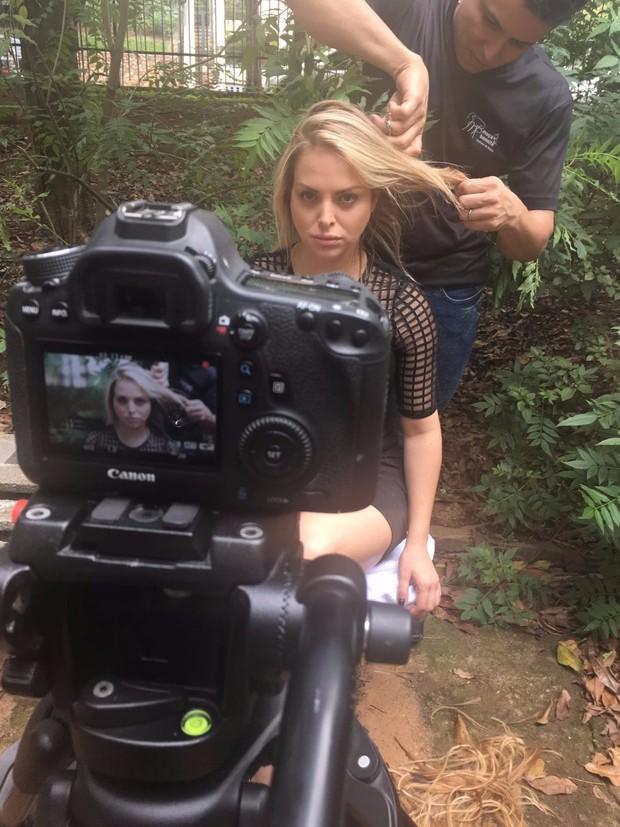 Jéssica Lopes nos bastidores de campanha (Foto: Divulgação)