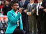 Cantora se ajoelha em protesto durante o hino em jogo da NBA