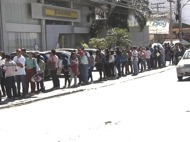Busca por vaga de emprego faz fila dobrar quarteirão em Goiânia, Goiás (Foto: Reprodução/TV Anhanguera)