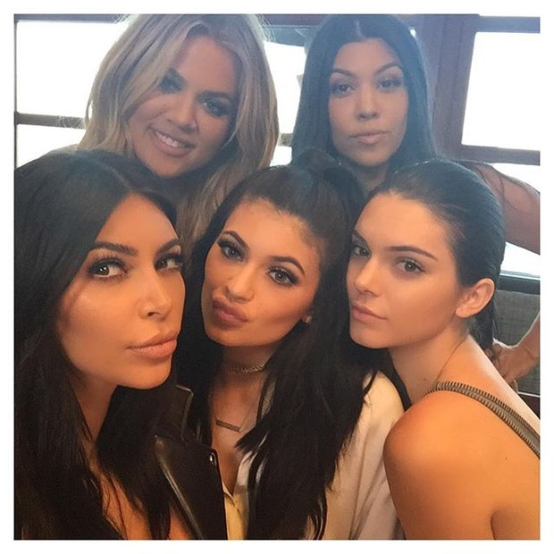 Kim Kardashian, Khloe Kardashian, Kylie Jenner, Kendall Jenner e Kourtney Kardashian posam juntas para  (Foto: Instagram/ Reprodução)