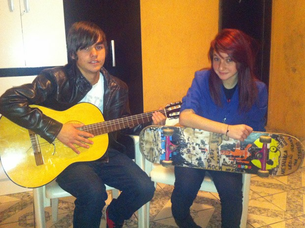 De bagagem, o casal levou três mochilas, panela, barraca, um violão e dois skates (Foto: Marcelo Mora/G1)