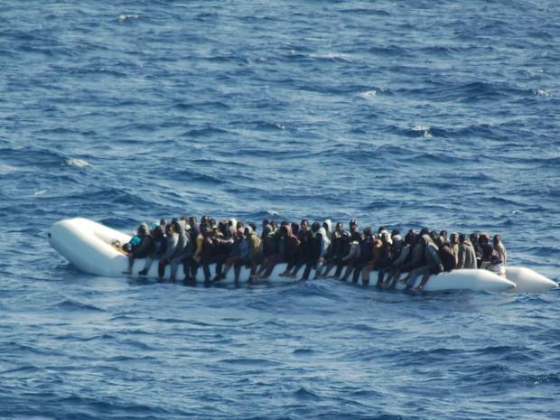 Foto de 16 de março mostra migrantes em um barco inflável durante operação de resgate na costa da Sicília (Foto: HO/AFP Guardia Costiera/AFP)