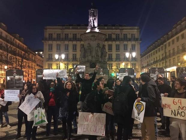 Manifestantes protestam nesta sexta em defesa da democracia no Brasil no Largo Camões, em Lisboa (Foto: Rafael Madeira)