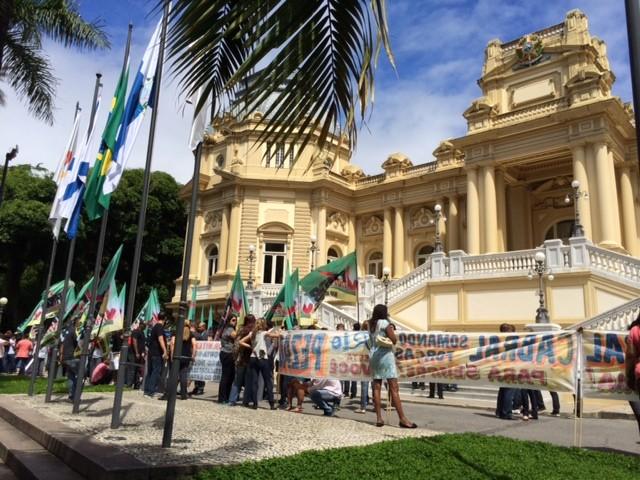 Correligionários do PMDB fazem manifestação pró-Cabral no dia da posse de Pezão no governo do Estado do Rio (Foto: Alba Valéria Mendonça/G1)
