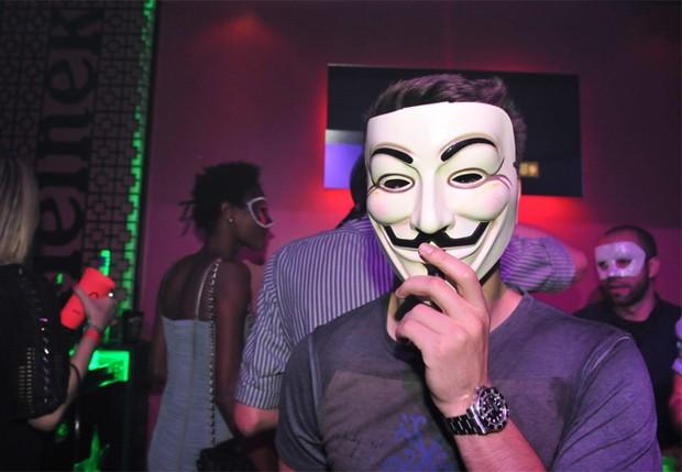 Daniel Rocha veste a máscara do filme 'V de Vingança' (Foto: Cassiano de Souza)
