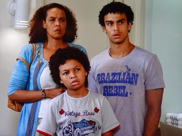 Aurélia, Azeitona e Emerson ficam desconfiados (Foto: TV Globo)