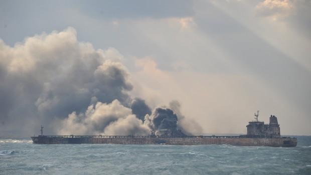 Petroleiro iraniano Sanchi em chamas após colisão (Foto: Reuters)