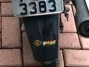 Fita forjava número 3 em 8 na placa da moto (Foto: G1)