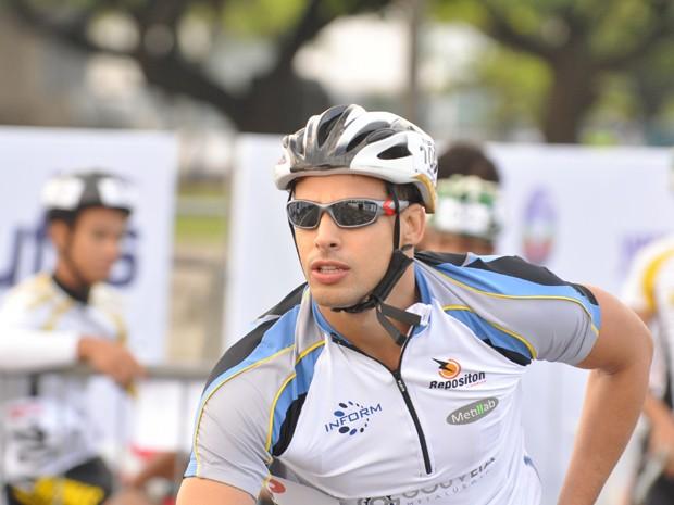 Cauã na pele do ciclista Danilo de Passione (Foto: João Cotta /  TV Globo)