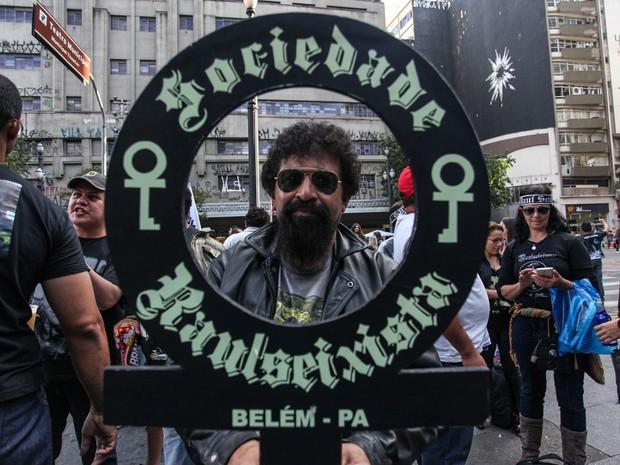 Sósia de Raul Seixas participa de ato no Centro de SP em memória do roqueiro morto há 26 anos (Foto: Leonardo Benassatto/Futura Press/Estadão Conteúdo)