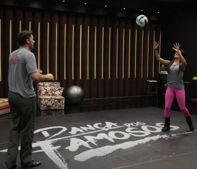 Hora do vôlei no ensaio do 'Dança' (Foto: Felipe Monteiro/Gshow)
