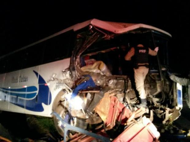 Com a batida, cerca de metade dos pouco mais de 40 passageiros ficaram feridos e foram levados para hospitais de Foz do Iguaçu e de Medianeira (Foto: PRF / Divulgação)