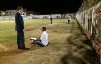Improviso: radialista narra jogo sentado à beira do gramado no Pernambucano