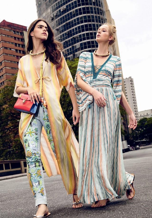 À esquerda, caftã (R$ 1.290) Mixed, calça (R$ 2.975) PatBo, bolsa (R$ 11 mil) Dior e sandálias (R$ 250) Corello. À direita, caftã (R$ 1.126) Meerk e sandálias (R$ 240) Capodarte. Colares (R$ 320 cada) Cine 732 (Foto: Raquel Espírito Santo / Styling: Raquel Kavati)