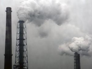 Fumaça sai de chaminé em usina siderúrgica na China