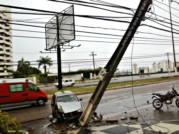 Um veículo de passeio bateu em um poste de energia na Avenida Historiador Rubens de Mendonça, mais conhecida como avenida do CPA, em Cuiabá, na manhã desta quinta-feira (21). Apesar do carro ter ficado destruído na parte da frente, o motorista teve somente ferimentos leves. A colisão ocorreu após o motorista perder o controle da direção porque a pista estava molhada, o que pode ter causado uma aquaplanagem. O carro foi retirado do local por um guincho.  (Foto: Carlos Marcel/ Arquivo pessoal)