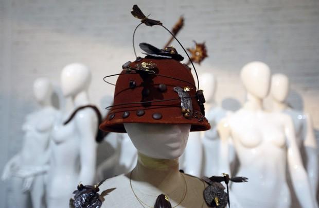 Chapéu de chocolate é visto em manequim antes de desfile no Festival de Chocolate de Bruxelas (Foto: Francois LenoirAP)