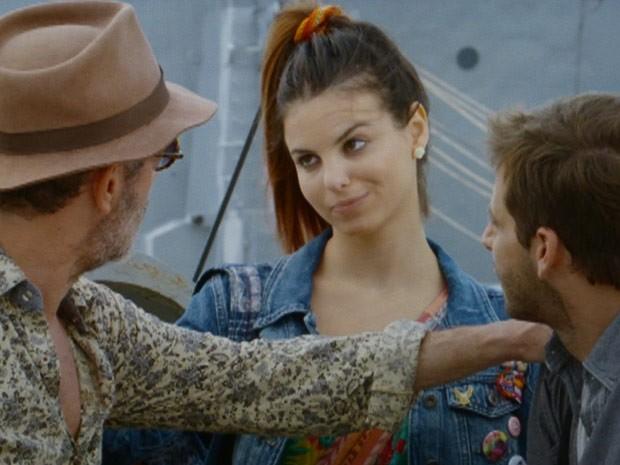 Amaralina surpreende Duque e Cassiano durante a partida do navio (Foto: Flor do Caribe/TV Globo)