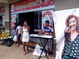 Conceição canta aos sábado na entrada de açougue (Foto: Genival Moura/G1)