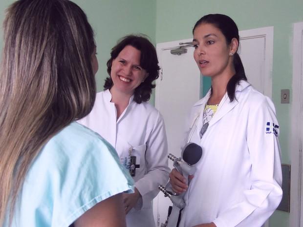 As pesquisadoras Maria Carolina e Karla, respectivamente, avaliam paciente diagnosticada com esclerose sistêmica (Foto: Gabriela Castilho/ G1)