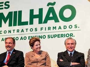 Ao lado do ministro da Educação, Aloizio Mercadante, e do vice-presidente, Michel Temer, Dilma participa de cerimônia do Fies (Foto: Roberto Stuckert Filho/PR)