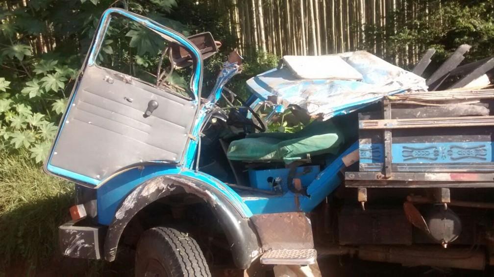 Motorista perdeu o controle e tombou no km 300 da Rodovia João Mellão (SP-255) em Itaí (Foto: Divulgação/Polícia Militar Rodoviária)