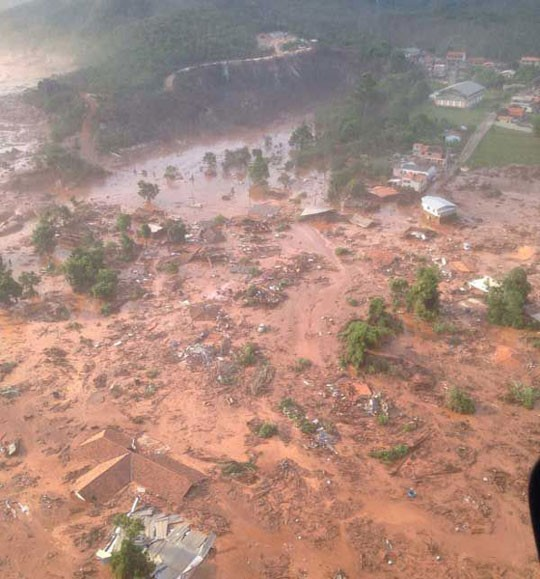 Barragem em Bento Rodrigues, Mariana, rompe e deixa um morte e 15 desaparecidos (Foto: Divulgação)