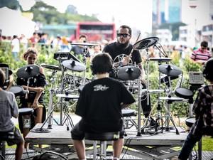 As crianças que foram ao Lollapalooza nesta sexta tiveram uma oficina de bateria com Iggor Cavalera (Foto: Raul Zito/G1)