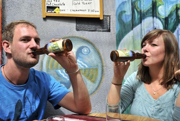 Turistas alemães bebem a cerveja de coca Ch'ama, da Bolívia (Foto: Aizar Raldes/AFP)