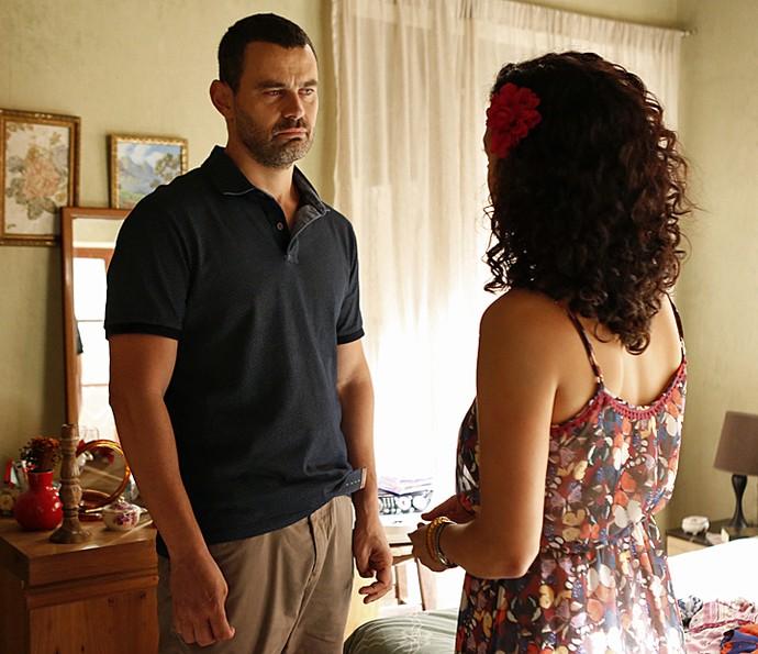 César conta a Domingas que voltou com Gisela (Foto: Ellen Soares / Gshow)