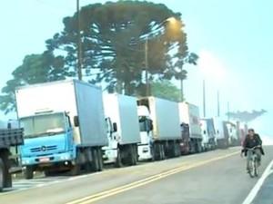 Caminhoneiros fazem manifestação em Papanduva nesta quarta-feira (Foto: Reprodução/RBS TV)
