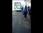 Vídeo mostra passageiros a pé após ônibus perder força ao subir ladeira