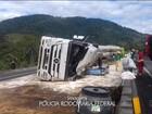 Caminhão carregado de óleo vegetal tomba e interdita a BR-277, no litoral