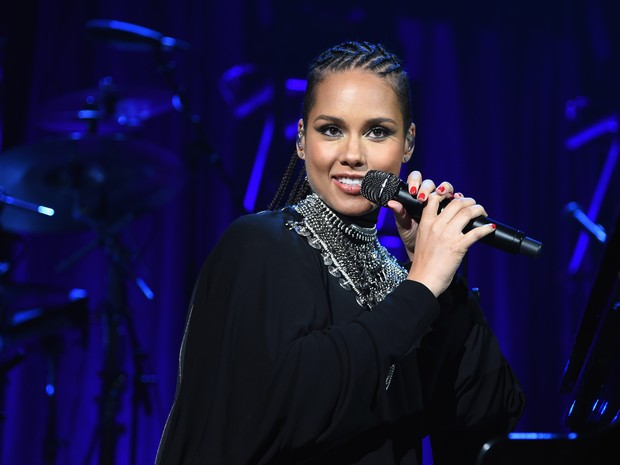 Alicia Keys, grávida, canta em evento em Nova York, nos Estados Unidos (Foto: Jamie McCarthy/ Getty Images/ AFP)