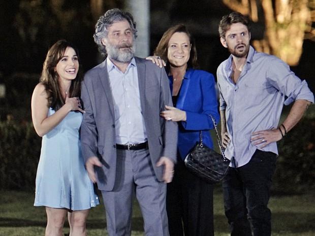 Itália, Manuel, Tina e César ficam surpresos com a cena (Foto: TV Globo)