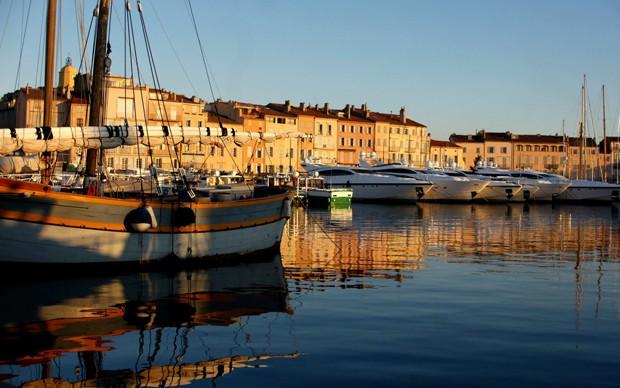 Inconfundíveis tons de terracota tingem as construções no frenético porto de Saint-Tropez, na Côte D'Azur (Foto: Divulgação)
