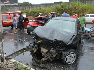 Carro passou para o sentido contrário e atingiu outro veículo na Avenida Pedro II, em João Pessoa  (Foto: Walter Paparazzo/G1)