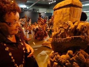Visitante no Salão de Arte Popular da Fenearte (Foto: Luna Markman/G1)