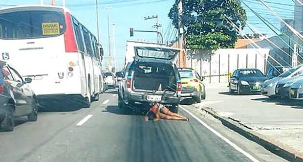 O corpo é de uma mãe de quatro filhos, executada por PMs a tiros quando ia à padaria numa favela do Rio (Foto: Imagem de vídeo amador divulgada pelo jornal 'Extra')