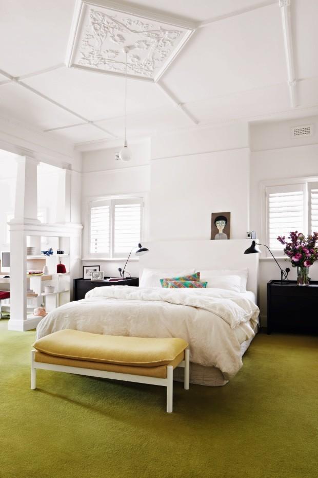 Quarto principal. A luminosidade abundante e o predomínio do branco destacam os elementos estruturais do cômodo, como as placas de gesso no teto (Foto: Armelle Habib / Living Inside)