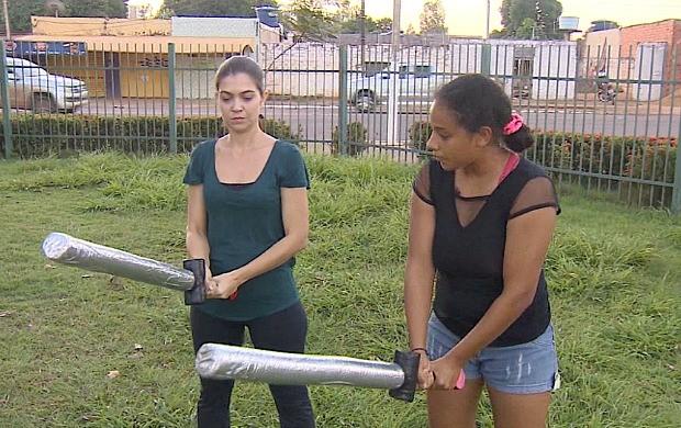 Vanessa Mafra encara uma aula de swordplay no Amazônia Revista em RO deste sábado (2) (Foto: Amazônia Revista)