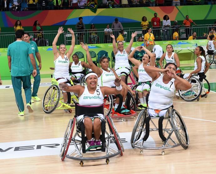 Brasileiras festejam vitória sobre a Argentina no basquete em cadeira de rodas (Foto: André Durão)