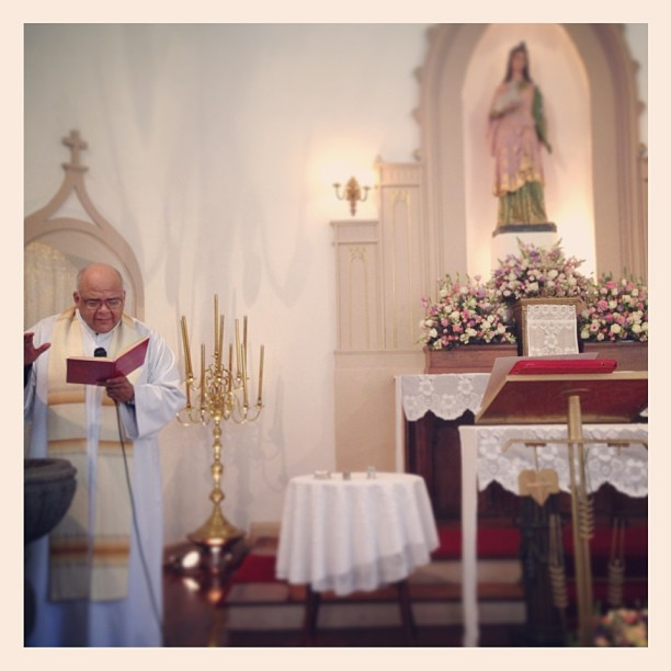 Batizado de EVa celebrado pelo Padre Jorjão (Foto: Reprodução/Twitter)